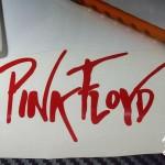 Calcomanía de grupo de Rock: Pink Floyd. Fabricación y venta en Guadalajara Jalisco México. Este proyecto surgió de la necesidad de uno de nuestros clientes. Nos comentó que fue imposible para el conseguir una calcomanía de su grupo favorito: PINK FLOYD THE DARK SIDE OF THE MOON. Busco en tiendas de discos, de accesorios rockeros, tiendas de instrumentos musicales, buros de diseño e impresión y ninguno de ellos pudo ofrecerle la calca que el buscaba, con un diseño que llenara sus expectativas de calidad y duración. Se comunico con nosotros en fabrica del vinil vía whatsapp, donde le solucionamos su problema. Estuvimos en contacto intercambiando ideas e imágenes hasta que llegamos al diseño que fue de su agrado, antes de que hiciera su pedido de 10 piezas. En fabrica del vinil podemos hacer las calcas de tu grupo favorito de; Rock, clásico, pop, electrónico, metal, romance, hip hop, rap, reggae, blues, jazz, etc. Fue necesario adaptar los colores degradados a sólidos y sustituirlos por la paleta básica que manejamos. El resultado es un sticker de 7 capas (colores) en vinil norteamericano, con una duración a la intemperie de 4 a 6 años (según especificaciones del fabricante). Este tipo de proyectos tienen diversos pasos, desde: La planeación, diseño, distribución del material y capas, corte digital, ensamblaje y colocación del papel de transferencia. Algunos de los pasos que forman el proceso se muestran al término de este, entregamos el material listo para colocarse fácilmente sobre la superficie final. Algunas de las ventajas de nuestro vinil cortado son: Material Norteamericano especializado Durable a la intemperie de 4 a 6 años Colores solidos súper vivos (mucho más que el vinil impreso) Gran precisión en los trazos (imposibles de lograr a mano) Tenemos disponibles materiales especiales (sobre pedido) Manejamos una amplia paleta de colores Poderoso adhesivo de gran calidad Es un material de fácil aplicación No daña la superficie al removerlo Protege superficies in
