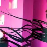 Mural y Logotipo en Vinilo Decorativo para Estética Karan en Zapopan El Vinil Decorativo para Estética Karan es un proyecto que completamos en conjunto con los decoradores de Spazio Verdi. Azucena Venegas diseñadora de www.spazioverdi.com.mx nos mostró la vista previa del proyecto por medio de un render en 3d, nos proporcionó las especificaciones de ambos vinilos: El logotipo del negocio y la silueta de la mujer, así como las medidas del espacio que debía de ser cubierto. En el caso de la silueta, logramos un acomodo original en tercera dimensión, donde se cubre la pared del fondo (superficie: 2.40m x2.40m) y la que tiene enfrente de tablaroca (superficie: 1.80m x 2.0m) en la que sobresalen los nichos. El vinil de ambas paredes se complementa, seleccionaron el color negro mate (matte black) de nuestra paleta de colores, los detalles en rojo oscuro (dark red). Para el logotipo optaron por blanco mate (matte white) combinándolo con rosa (rose), cubre una superficie de (1.50m x 1.50m). Esta es una opción más económica, que colocar logotipos de acrílico o sobre este material. Pero con una precisión mejorada. La colocación del mural, en conjunto con el logotipo de estética KARAN, llevo aproximadamente 10 horas, ya que fue necesario aplicar aire caliente y apisonar el material para lograr la máxima adhesión sobre la rugosidad de la pared. En fábrica del Vinil somos una tienda en línea de vinilos decorativos #1 en Guadalajara. Ponle Plusvalía a tu negocio con los vinilos decorativos de Fabrica del Vinil. Algunas de las ventajas de nuestro vinil cortado son: Material Norteamericano especializado Durable a la intemperie de 4 a 6 años Colores solidos súper vivos (mucho más que el vinil impreso) Gran precisión en los trazos (imposibles de lograr a mano) Tenemos disponibles materiales especiales (sobre pedido) Manejamos una amplia paleta de colores Poderoso adhesivo de gran calidad Es un material de fácil aplicación No daña la superficie al removerlo Protege superficies instala