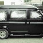 """Repintado y restauración de calcas en vehículos, Camioneta Astro Guadalajara Mexico Antes de llegar a fábrica del vinil, muchos de nuestros clientes se habían desesperado al no encontrar vinil hecho a la medida, para sus vehículos. Nuestros clientes nos comentan que es prácticamente imposible conseguir el diseño que tienen pensado específicamente para su modelo de auto, ya sea en autoboutiques, refaccionarias, o tiendas de accesorios. Si lo llegan a tener, el precio es muy elevado, no lo instalan o tarda meses en llegar. Nuestro trabajo es especializado y de máxima precisión, lo realizamos en conjunto con diversos talleres de laminado, pintura, detallado y vendedores de autos. Diseñamos, cortamos e instalamos vinil sobre vehículos que han sido chocados, golpeados, rayados, deteriorados en siniestros, a la intemperie o simplemente por el paso del tiempo. En este proyecto el """"Inge Martell"""" contacto:(044) 3312 65 1344 repinto una camioneta ASTRO de importación. Fue necesario tomar medidas del vinil original antes de tallarla, así fue posible recrear las franjas que originalmente tenía con una exactitud de 500 micras (menos de medio milímetro), enseguida las diseñamos y cortamos sobre material de la mejor calidad, para asegurar la máxima duración. Aplicamos el vinil sobre la superficie antes de que se le diera un baño de bicapa (brillo), la aplicación nos llevó aproximadamente 12 horas, nos tomó este tiempo lograr una precisión micrométrica. Es necesario que pasen 24 horas después de la aplicación del vinil, para que este se asiente (este es el paso final de nuestro trabajo) antes de que se dé a la superficie pintada el baño de bicapa. Somos los especialistas del vinil cortado en Guadalajara México. Podemos hacer tu diseño especial sobre uno o varios colores con cualquier tema, a la medida de tu vehículo. Algunas de las ventajas del vinil cortado son: Material Norteamericano especializado Durable a la intemperie de 4 a 6 años Colores solidos súper vivos (mucho más que e"""