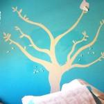 Esta Calcomanía decorativa fue un pedido especial para el cuarto de una clienta, que deseaba colocar sus cuadros favoritos como frutos de este árbol de cerezas. En las fotografías es posible apreciar la instalación de este Sticker Decorativo, similar a las etapas de crecimiento de un árbol real. Este diseño Está inspirado en un Cherry Tree que ella encontró en una página de Inglaterra, nos comentó que el precio de este diseño era muy elevado ya que estaba en euros (sin tomar en cuenta el envío y tiempo que tomaría en llegar a México). Fabrica del Vinil surgió de la necesidad de tener en Guadalajara y todo México, Diseños en Vinil Cortado e Impreso de calidad comparable o superior a la que ofrecen paginas Norteamericanas, Europeas y Asiáticas a un precio en pesos MXN. Como lienzo de tus ideas de decoración utilizamos los mejores materiales para crear las calcomanías decorativas que harán únicos tus espacios y pertenencias: Paredes, techos, pisos, vidrios, vehículos, etc. Tenemos servicio de instalación de vinil sobre todas las superficies posibles, manejamos materiales para diversas aplicaciones: translucidos, matte, opacos y más. Enviamos nuestros productos a todo México. Algunas de las ventajas de nuestro vinil cortado son: Material Norteamericano especializado Durable a la intemperie de 4 a 6 años Colores solidos súper vivos (mucho más que el vinil impreso) Gran precisión en los trazos (imposibles de lograr a mano) Tenemos disponibles materiales especiales (sobre pedido) Manejamos una amplia paleta de colores Poderoso adhesivo de gran calidad Es un material de fácil aplicación No daña la superficie al removerlo Protege superficies instalado Resistente al tráfico y fricción PONTE EN CONTACTO CON FABRICA DEL VINIL EN: Herrera y Cairo 1009 Colonia Villaseñor (previa cita) C.P. 45200 Guadalajara, Jalisco, México. Página web: www.fabricadelvinil.com Email: fabricadelvinil@gmail.com Páginaen facebook:www.facebook.com/fabricadelvinil twitter: @fabricadelvinil Teléfono fi
