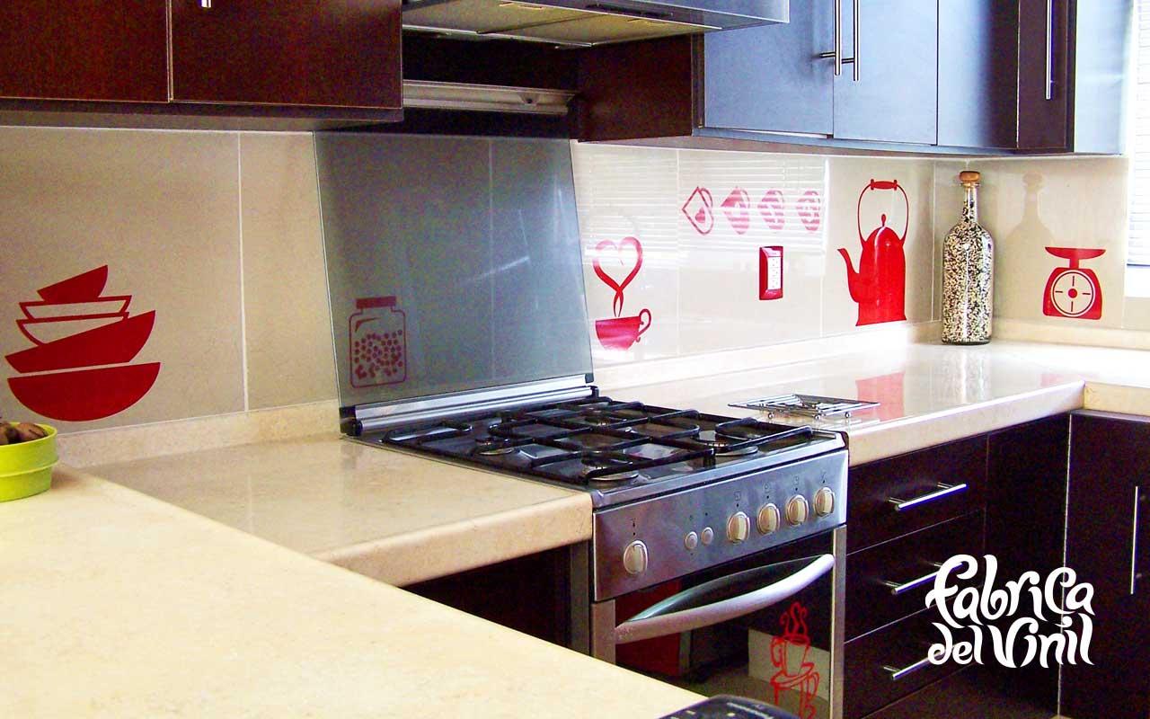 Cenefa para cocina y Stickers para Refrigerador Utensilios de cocina En fábrica del vinil sabemos que cada detalle es importante, esto es reflejado en todos los proyectos que realizamos desde el más pequeño al más grande. En este proyecto, nuestra clienta tenía un presupuesto fijo para un metro lineal de y nos pidió ajustarnos a él. Con el vinilo dentro de esa área pudimos decorar parte de su refrigerador e incluir los utensilios de cocina que forman la cenefa. Bajo un presupuesto es posible maximizar la cantidad de material que cubrirá un área por un precio. Escoge todas las figuras (diseños de complejidad limitada) que puedas colocar dentro de un metro lineal de vinil y ahorra. En fabrica del vinil siempre maximizamos la cantidad de material que reciben nuestros clientes por su dinero, de esta forma disminuimos el desperdicio. Te damos más vinil, de la mejor calidad por tu dinero. Estos diseños están ya disponible en nuestra tienda en línea. Puedes modificar su tamaño y color, de forma que se ajusten a tu decoración. Enviamos nuestros productos desde Guadalajara Jalisco a todo México. Algunas de las ventajas de nuestro vinil cortado son: Material Norteamericano especializado Durable a la intemperie de 4 a 6 años Colores solidos súper vivos (mucho más que el vinil impreso) Gran precisión en los trazos (imposibles de lograr a mano) Tenemos disponibles materiales especiales (sobre pedido) Manejamos una amplia paleta de colores Poderoso adhesivo de gran calidad Es un material de fácil aplicación No daña la superficie al removerlo Protege superficies instalado Resistente al tráfico y fricción PONTE EN CONTACTO CON FABRICA DEL VINIL EN: Herrera y Cairo 1009 Colonia Villaseñor (previa cita) C.P. 45200 Guadalajara, Jalisco, México. Página web: www.fabricadelvinil.com Email: fabricadelvinil@gmail.com Páginaen facebook:www.facebook.com/fabricadelvinil twitter: @fabricadelvinil Teléfono fijo: 19 81 85 58 Celular & Whatsapp: (044) 331 927 2871 Levanta tu pedido. Te atendemos 