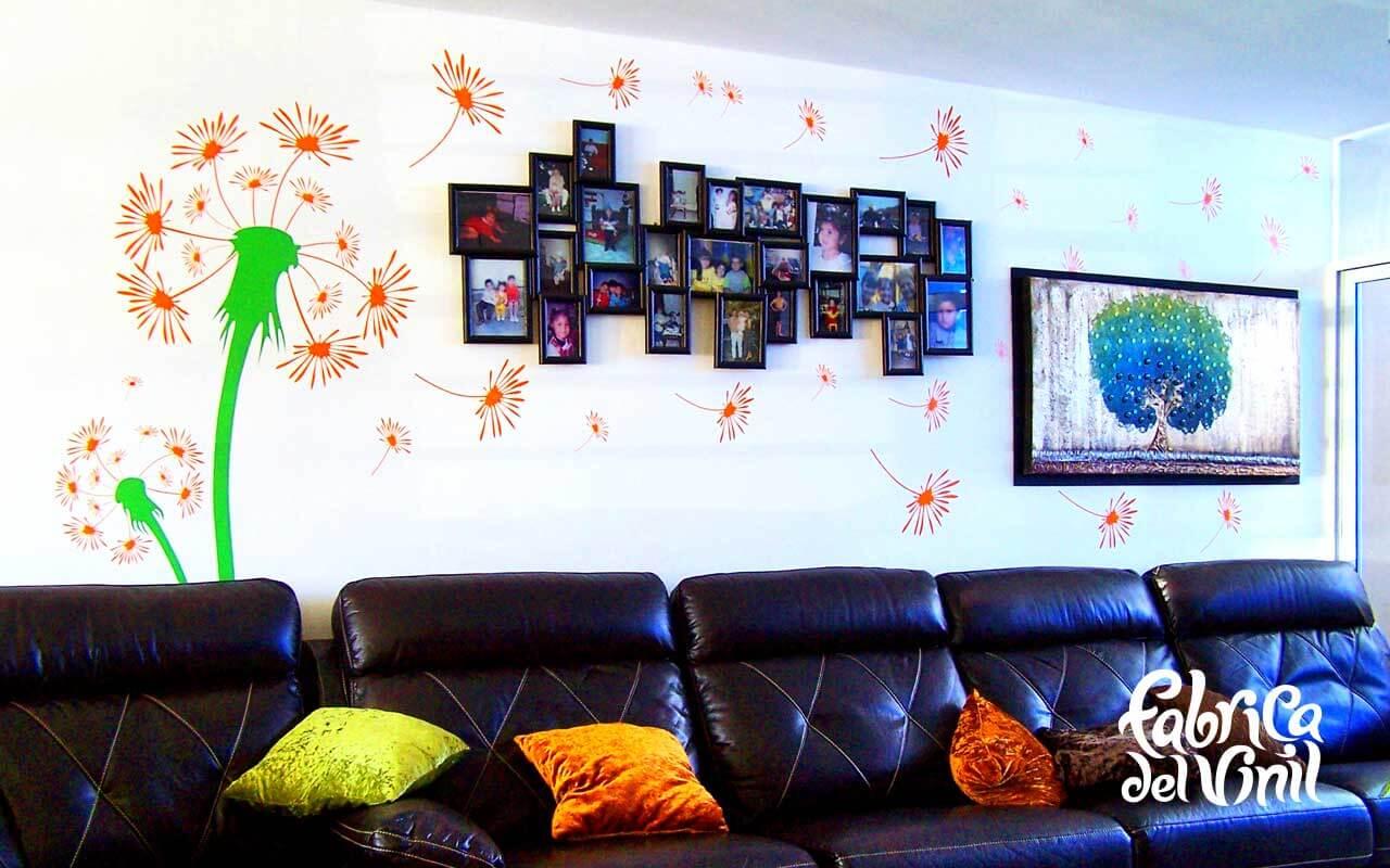 Diente de León al Viento Mural Vinilo Decorativo. Diseñamos este vinilo para una de nuestras clientas favoritas en el fraccionamiento Campo Real, ella siempre nos ha mostrado tener ideas muy claras sobre la forma en que desea decorar su hogar. Ha complementado la decoración que ofrecen los vinilos con: cuadros, lámparas, muebles, vidrios, etc. De tal forma que todo siga la misma idea, forma, ritmo y continuidad. Para las paredes de esta sala coloco una serie de retratos que forman una sola pieza (hecho a la medida), nos indicó la forma en que las semillas del diente de león debían de rodear los retratos y después el cuadro simulando que el viento las arrastra. En el techo de este mismo lugar decidió complementar el diseño de las paredes con un resplandor en el techo rodeando el spot que ilumina este espacio. Completar este proyecto fue muy rápido, ya que la idea y disposición del material surgió claramente de su imaginación, ya que solo nos explicó como deseaba las figuras y lo ejecutamos. Los colores mostrados en ambos diseños son: Brown/café, Fluorite Green/verde fluorita, Orange/naranja. Como se aprecia en las fotos, la pared sobre la que se aplicó el vinil es lisa. Por lo que fue más ágil la instalación y tomo aproximadamente 1 hora. Este diseño está ya disponible en nuestra tienda en línea. Selecciona el diseño con los colores y tamaños disponibles. También es posible crear el diseño a la medida, con el tamaño específico para tu espacio y las combinaciones de colores que dicte tu imaginación. Si requieres de una modificación adicional o tienes duda, ponte en contacto con nosotros vía whatsapp, en nuestro chat en vivo, email, o página de facebook. En fábrica del Vinil somos una tienda en línea de vinilos decorativos #1 en Guadalajara. Ponle Plusvalía a tu hogar con los vinilos decorativos de Fabrica del Vinil. Algunas de las ventajas de nuestro vinil cortado son: Material Norteamericano especializado Durable a la intemperie de 4 a 6 años Colores solidos súper vi