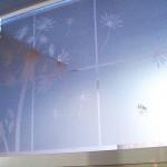 Calcomanía Esmerilada translucida Diente de León para Cristales y Vidrios Divide los espacios, crea privacidad, protege de los rayos del sol, decora con el tema de tu preferencia para tu casa o negocio. Creamos de la mano de tu imaginación la Calcomanía específica para tus cristales y vidrios. Tenemos las ideas que embellecerán tu espacio. Esta es la continuación del proyecto diente de león verde con naranja colocado en la sala de una casa en el fraccionamiento campo real. A diferencia de las Calcomanías opacas que están sobre las paredes, este material esmerilado es traslucido (permite el paso de la luz) y es especial para cristales. Igual que las Calcomanías brillantes, opacas o matte. Con esmerilado es posible crear cualquier silueta en una sola capa o una combinación de las mismas. No daña la superficie de los cristales al removerlas, ya que no es un material permanente. Puedes quitar un diseño y poner otro las veces que desees. En fabrica del vinil podemos desarrollar desde cero tus proyectos, ya sea basándonos en ideas originales o que hayas visto en internet, fotografías etc. Ofrecemos un servicio integral de diseño, corte, y aplicación de calcomanías, de tal forma que tu solo te preocupes por disfrutarlo. En fábrica del vinil somos los especialistas en vinil cortado para diversas aplicaciones. En nuestra tienda en línea tienes disponibles los diseños más exclusivos. Puedes cambiar su tamaño y color para que se ajuste a tu gusto o compartirnos tus ideas para crear uno completamente original. Enviamos nuestros productos desde Guadalajara Jalisco a todo México. Algunas de las ventajas de nuestras calcomanías cortadas son: Material Norteamericano especializado Durable a la intemperie de 4 a 6 años Colores solidos súper vivos (mucho más que el vinil impreso) Gran precisión en los trazos (imposibles de lograr a mano) Tenemos disponibles materiales especiales (sobre pedido) Manejamos una amplia paleta de colores Poderoso adhesivo de gran calidad Es un material de f