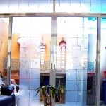Sticker Esmerilado translucido Diente de León para Cristales y Vidrios Divide los espacios, crea privacidad, protege de los rayos del sol, decora con el tema de tu preferencia para tu casa o negocio. Creamos de la mano de tu imaginación el Sticker específico para tus cristales y vidrios. Tenemos las ideas que embellecerán tu espacio. Esta es la continuación del proyecto diente de león verde con naranja colocado en la sala de una casa en el fraccionamiento campo real. A diferencia del vinilo opaco que esta sobre las paredes, este material esmerilado es traslucido (permite el paso de la luz) y es especial para cristales. Igual que los stickers brillantes, opacos o matte. Con esmerilado es posible crear cualquier silueta en una sola capa o una combinación de las mismas. No daña la superficie de los cristales al removerlo, ya que no es un material permanente. Puedes quitar un diseño y poner otro las veces que desees. En fabrica del vinil podemos desarrollar desde cero tus proyectos, ya sea basándonos en ideas originales o que hayas visto en internet, fotografías etc. Ofrecemos un servicio integral de diseño, corte, y aplicación del sticker, de tal forma que tu solo te preocupes por disfrutarlo. En fábrica del vinil somos los especialistas en Stickers cortados para diversas aplicaciones. En nuestra tienda en línea tienes disponibles los diseños más exclusivos. Puedes cambiar su tamaño y color para que se ajuste a tu gusto o compartirnos tus ideas para crear uno completamente original. Enviamos nuestros productos desde Guadalajara Jalisco a todo México. Algunas de las ventajas de nuestro vinil cortado son: Material Norteamericano especializado Durable a la intemperie de 4 a 6 años Colores solidos súper vivos (mucho más que el vinil impreso) Gran precisión en los trazos (imposibles de lograr a mano) Tenemos disponibles materiales especiales (sobre pedido) Manejamos una amplia paleta de colores Poderoso adhesivo de gran calidad Es un material de fácil aplicación No daña la 
