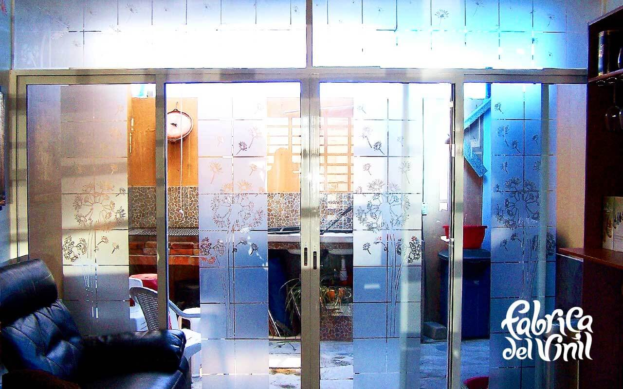 Pegatina Esmerilada translucida Diente de León para Cristales y Vidrios Divide los espacios, crea privacidad, protege de los rayos del sol, decora con el tema de tu preferencia para tu casa o negocio. Creamos de la mano de tu imaginación el vinil específico para tus cristales y vidrios. Tenemos las ideas que embellecerán tu espacio. Esta es la continuación del proyecto diente de león verde con naranja colocado en la sala de una casa en el fraccionamiento campo real. A diferencia del vinilo opaco que esta sobre las paredes, este material esmerilado es traslucido (permite el paso de la luz) y es especial para cristales. Igual que el vinilo brillante, opaco o matte. Con esmerilado es posible crear cualquier silueta en una sola capa o una combinación de las mismas. No daña la superficie de los cristales al removerlo, ya que no es un material permanente. Puedes quitar un diseño y poner otro las veces que desees. En fabrica del vinil podemos desarrollar desde cero tus proyectos, ya se basándonos en ideas originales o que hayas visto en internet, fotografías etc. Ofrecemos un servicio integral de diseño, corte, y aplicación del vinil, de tal forma que tu solo te preocupes por disfrutarlo. En fábrica del vinil somos los especialistas en vinil cortado para diversas aplicaciones. En nuestra tienda en línea tienes disponibles los diseños más exclusivos. Puedes cambiar su tamaño y color para que se ajuste a tu gusto o compartirnos tus ideas para crear uno completamente original. Enviamos nuestros productos desde Guadalajara Jalisco a todo México. Algunas de las ventajas de nuestro vinil cortado son: Material Norteamericano especializado Durable a la intemperie de 4 a 6 años Colores solidos súper vivos (mucho más que el vinil impreso) Gran precisión en los trazos (imposibles de lograr a mano) Tenemos disponibles materiales especiales (sobre pedido) Manejamos una amplia paleta de colores Poderoso adhesivo de gran calidad Es un material de fácil aplicación No daña la superficie al