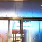 Decal Esmerilada translucida Diente de León para Cristales y Vidrios Divide los espacios, crea privacidad, protege de los rayos del sol, decora con el tema de tu preferencia para tu casa o negocio. Creamos de la mano de tu imaginación el vinil específico para tus cristales y vidrios. Tenemos las ideas que embellecerán tu espacio. Esta es la continuación del proyecto diente de león verde con naranja colocado en la sala de una casa en el fraccionamiento campo real. A diferencia del vinilo opaco que esta sobre las paredes, este material esmerilado es traslucido (permite el paso de la luz) y es especial para cristales. Igual que el vinilo brillante, opaco o matte. Con esmerilado es posible crear cualquier silueta en una sola capa o una combinación de las mismas. No daña la superficie de los cristales al removerlo, ya que no es un material permanente. Puedes quitar un diseño y poner otro las veces que desees. En fabrica del vinil podemos desarrollar desde cero tus proyectos, ya se basándonos en ideas originales o que hayas visto en internet, fotografías etc. Ofrecemos un servicio integral de diseño, corte, y aplicación del vinil, de tal forma que tu solo te preocupes por disfrutarlo. En fábrica del vinil somos los especialistas en vinil cortado para diversas aplicaciones. En nuestra tienda en línea tienes disponibles los diseños más exclusivos. Puedes cambiar su tamaño y color para que se ajuste a tu gusto o compartirnos tus ideas para crear uno completamente original. Enviamos nuestros productos desde Guadalajara Jalisco a todo México. Algunas de las ventajas de nuestro vinil cortado son: Material Norteamericano especializado Durable a la intemperie de 4 a 6 años Colores solidos súper vivos (mucho más que el vinil impreso) Gran precisión en los trazos (imposibles de lograr a mano) Tenemos disponibles materiales especiales (sobre pedido) Manejamos una amplia paleta de colores Poderoso adhesivo de gran calidad Es un material de fácil aplicación No daña la superficie al re