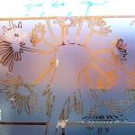 Sticker Esmerilado translucido Diente de León para Cristales y Vidrios Divide los espacios, crea privacidad, protege de los rayos del sol, decora con el tema de tu preferencia para tu casa o negocio. Creamos de la mano de tu imaginación el vinil específico para tus cristales y vidrios. Tenemos las ideas que embellecerán tu espacio. Esta es la continuación del proyecto diente de león verde con naranja colocado en la sala de una casa en el fraccionamiento campo real. A diferencia del vinilo opaco que esta sobre las paredes, este material esmerilado es traslucido (permite el paso de la luz) y es especial para cristales. Igual que el vinilo brillante, opaco o matte. Con esmerilado es posible crear cualquier silueta en una sola capa o una combinación de las mismas. No daña la superficie de los cristales al removerlo, ya que no es un material permanente. Puedes quitar un diseño y poner otro las veces que desees. En fabrica del vinil podemos desarrollar desde cero tus proyectos, ya se basándonos en ideas originales o que hayas visto en internet, fotografías etc. Ofrecemos un servicio integral de diseño, corte, y aplicación del vinil, de tal forma que tu solo te preocupes por disfrutarlo. En fábrica del vinil somos los especialistas en vinil cortado para diversas aplicaciones. En nuestra tienda en línea tienes disponibles los diseños más exclusivos. Puedes cambiar su tamaño y color para que se ajuste a tu gusto o compartirnos tus ideas para crear uno completamente original. Enviamos nuestros productos desde Guadalajara Jalisco a todo México. Algunas de las ventajas de nuestro vinil cortado son: Material Norteamericano especializado Durable a la intemperie de 4 a 6 años Colores solidos súper vivos (mucho más que el vinil impreso) Gran precisión en los trazos (imposibles de lograr a mano) Tenemos disponibles materiales especiales (sobre pedido) Manejamos una amplia paleta de colores Poderoso adhesivo de gran calidad Es un material de fácil aplicación No daña la superficie al 