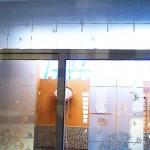 Vinilo Esmerilado translucido Diente de León para Cristales y Vidrios Divide los espacios, crea privacidad, protege de los rayos del sol, decora con el tema de tu preferencia para tu casa o negocio. Creamos de la mano de tu imaginación el vinil específico para tus cristales y vidrios. Tenemos las ideas que embellecerán tu espacio. Esta es la continuación del proyecto diente de león verde con naranja colocado en la sala de una casa en el fraccionamiento campo real. A diferencia del vinilo opaco que esta sobre las paredes, este material esmerilado es traslucido (permite el paso de la luz) y es especial para cristales. Igual que el vinilo brillante, opaco o matte. Con esmerilado es posible crear cualquier silueta en una sola capa o una combinación de las mismas. No daña la superficie de los cristales al removerlo, ya que no es un material permanente. Puedes quitar un diseño y poner otro las veces que desees. En fabrica del vinil podemos desarrollar desde cero tus proyectos, ya sea basándonos en ideas originales o que hayas visto en internet, fotografías etc. Ofrecemos un servicio integral de diseño, corte, y aplicación del vinil, de tal forma que tu solo te preocupes por disfrutarlo. En fábrica del vinil somos los especialistas en vinil cortado para diversas aplicaciones. En nuestra tienda en línea tienes disponibles los diseños más exclusivos. Puedes cambiar su tamaño y color para que se ajuste a tu gusto o compartirnos tus ideas para crear uno completamente original. Enviamos nuestros productos desde Guadalajara Jalisco a todo México. Algunas de las ventajas de nuestro vinil cortado son: Material Norteamericano especializado Durable a la intemperie de 4 a 6 años Colores solidos súper vivos (mucho más que el vinil impreso) Gran precisión en los trazos (imposibles de lograr a mano) Tenemos disponibles materiales especiales (sobre pedido) Manejamos una amplia paleta de colores Poderoso adhesivo de gran calidad Es un material de fácil aplicación No daña la superficie al 