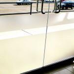 Vinil Esmerilado Adhesivo sobre Cristal Templado En fábrica del vinil te ofrecemos vinil esmerilado de máxima calidad, con una duración de 4 a 6 años. Este tipo de material translucido es ideal para evitar el paso excesivo de luz en oficinas, dividir espacios y crear privacidad. Es posible instalarlo sobre cualquier cristal, incluyendo el cristal templado, con métodos secos o húmedos. Vendemos vinilo esmerilado sin diseño (liso) o con cualquier tipo de silueta cortada. Puedes combinarlo con otros colores brillantes y opacos para formar figuras más complejas y que respondan tu gusto. Este material es prácticamente permanente (debido a que usamos materiales especializados de la mejor calidad) y a la vez es posible removerlo, de tal forma que no dañe en absoluto la superficie del cristal. La instalación de este proyecto fue la solución al exceso de luz que a ciertas horas del día inundaba la recepción de la empresa, esto hacía imposible ver los monitores de las computadoras sin contar las molestias de la recepcionista y los clientes al ser atendidos. A diferencia de la mayoría de tiendas de vinilos en línea, que solamente son distribuidores de diseños prefabricados y además no instalan los mismos. Fabrica del vinil surgió como respuesta a la necesidad de nuestros clientes por encontrar un servicio integral de diseño, corte e instalación de vinilos, para las más diversas aplicaciones. Puedes fácilmente contactarnos por varios medios electrónicos y recibir tus vinilos en cualquier parte del país, ya que hacemos envíos desde Guadalajara Jalisco a todo México. Algunas de las ventajas de nuestro vinil cortado son: Material Norteamericano especializado Durable a la intemperie de 4 a 6 años Colores solidos súper vivos (mucho más que el vinil impreso) Gran precisión en los trazos (imposibles de lograr a mano) Tenemos disponibles materiales especiales (sobre pedido) Manejamos una amplia paleta de colores Poderoso adhesivo de gran calidad Es un material de fácil aplicación No da