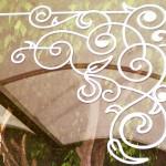 Decals Decorativas para vitrina de mueblería en Providencia Guadalajara Nuestro cliente decidió aprovechar sus grandes cristales para causar mayor impacto a los potenciales clientes que transitan por la calle, mostrar a todos la identidad de su negocio e informar sobre sus productos (fabricantes de muebles finos) y las ofertas de temporada. Utilizamos Vinil Esmerilado translucido para el logotipo de Mueblería Trafalgar, ornamentos para las esquinas en color blanco, plata y la jaula para pájaros en morado. Usamos los Stickers decorativos para proyectar tu estilo original siempre acorde a tu actividad comercial. La decoración de vitrinas con Calcomanías decorativas es lo más moderno e impactante, podemos crear cualquier silueta que imagines: Muebles, ornamentos, letras, etc. Proyectos pequeños y grandes, desde diseños simples, hasta complejos: diseñamos, cortamos e instalamos. Combina diversos materiales y colores: Brillantes, matte, traslucidos. Enviamos nuestros productos desde Guadalajara Jalisco a todo México. Algunas de las ventajas de nuestro vinil cortado son: Material Norteamericano especializado Durable a la intemperie de 4 a 6 años Colores solidos súper vivos (mucho más que el vinil impreso) Gran precisión en los trazos (imposibles de lograr a mano) Tenemos disponibles materiales especiales (sobre pedido) Manejamos una amplia paleta de colores Poderoso adhesivo de gran calidad Es un material de fácil aplicación No daña la superficie al removerlo Protege superficies instalado Resistente al tráfico y fricción PONTE EN CONTACTO CON FABRICA DEL VINIL EN: Herrera y Cairo 1009 Colonia Villaseñor (previa cita) C.P. 45200 Guadalajara, Jalisco, México. Página web: www.fabricadelvinil.com Email: fabricadelvinil@gmail.com Levanta tu pedido. Te atendemos de 10 Horas a 22 Horas, de Lunes a Domingo. Entrega a Domicilio. Paga al momento de la entrega (aplican restricciones). Envío gratis dentro de: Guadalajara, Tlajomulco, Tlaquepaque, Tonalá, Zapopan, Jalisco, México.