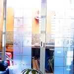 Vinilo Esmerilado Diente de León para Cristales Divide los espacios, crea privacidad, protege de los rayos del sol, decora con el tema de tu preferencia para tu casa o negocio. Creamos de la mano de tu imaginación el vinil específico para tus cristales y vidrios. Tenemos las ideas que embellecerán tu espacio. Esta es la continuación del proyecto diente de león verde con naranja colocado en la sala de una casa en el fraccionamiento campo real. A diferencia del vinilo opaco que esta sobre las paredes, este material esmerilado es traslucido (permite el paso de la luz) y es especial para cristales. Igual que el vinilo brillante, opaco o matte. Con esmerilado es posible crear cualquier silueta en una sola capa o una combinación de las mismas. En fabrica del vinil podemos desarrollar desde cero tus proyectos, ya se basándonos en ideas originales o que hayas visto en internet, fotografías etc. Ofrecemos un servicio integral de diseño, corte, y aplicación del vinil, de tal forma que tu solo te preocupes por disfrutarlo. Enviamos nuestros productos desde Guadalajara Jalisco a todo México. PARA COTIZACIONES Y MAS INFORMACIÓN PONTE EN CONTACTO CON FABRICA DEL VINIL EN: Herrera y Cairo 1009 Colonia Villaseñor (previa cita) C.P. 45200 Guadalajara, Jalisco, México. Página web: www.fabricadelvinil.com Email: fabricadelvinil@gmail.com Página en facebook: www.facebook.com/fabricadelvinil twitter: @fabricadelvinil Teléfono fijo: 19 81 85 58 Celular & Whatsapp: (044) 331 927 2871 Levanta tu pedido. Te atendemos de 10 Horas a 22 Horas, de Lunes a Domingo. Entrega a domicilio. Paga al momento de la entrega (aplican restricciones). Envío gratis dentro de: Guadalajara, Tlajomulco, Tlaquepaque, Tonalá, Zapopan, Jalisco, México.
