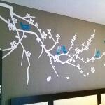 ramas-blancas-pajaros-azules-en-cabecera
