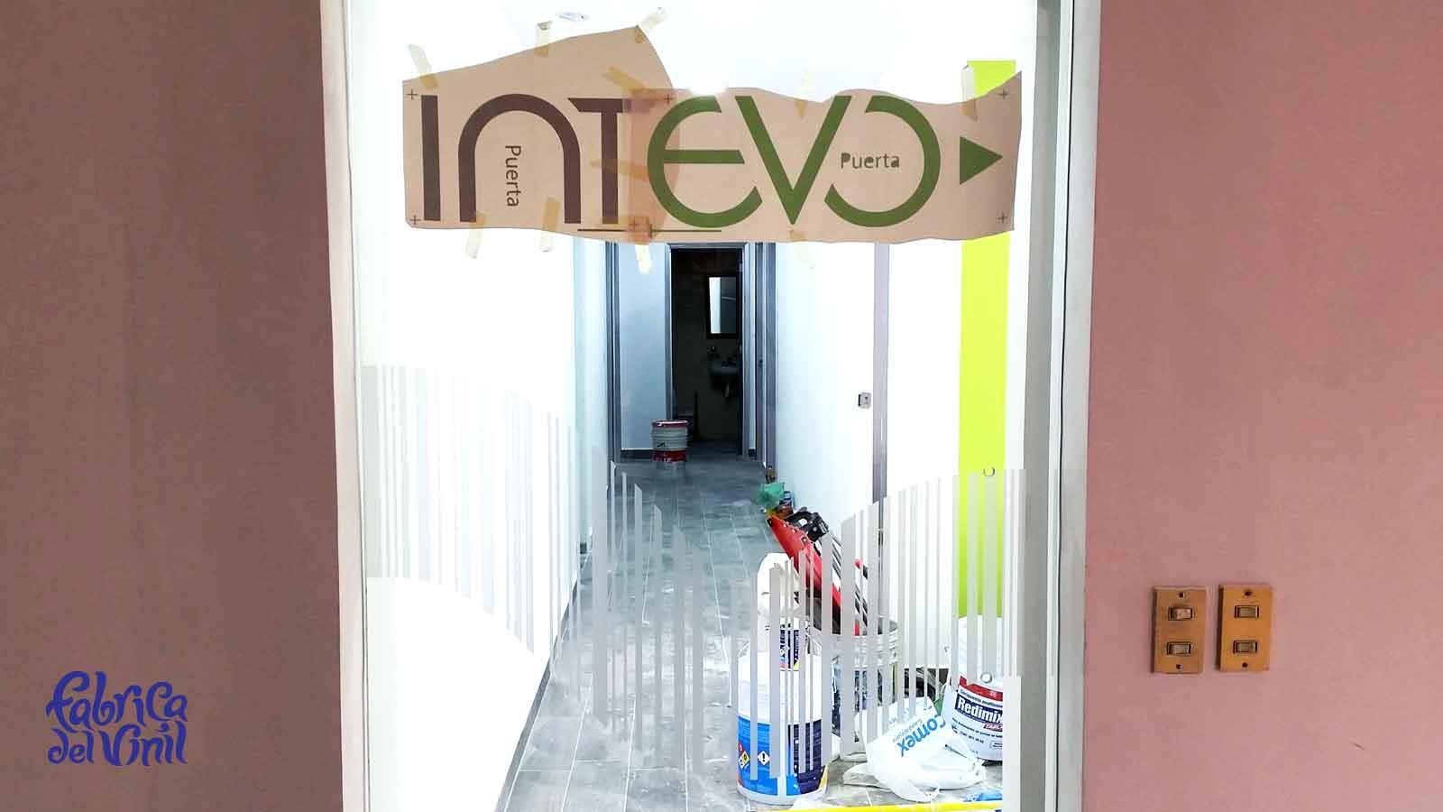 En fábrica del vinil colaboramos con diseñadores, arquitectos y decoradores de interiores. Llevamos a cabo proyectos de decoración en oficinas, recepciones, consultorios, salas de espera, mamparas en empresas y negocios de todos los tamaños y giros