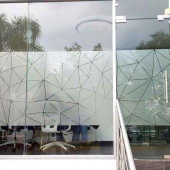 Diseño corte e instalación de vinilos para vidrios, ventanales y aparadores.